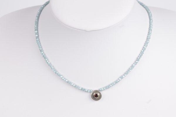 lichtblauwe facet glasparel met zilver element