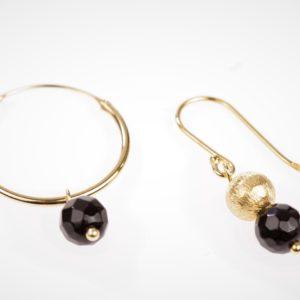 vergulde ring en verguld bolletje met zwarte agaat